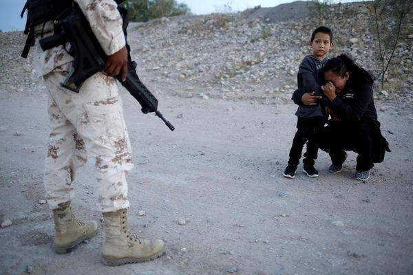 Người mẹ Guatemala gục xuống cầu xin binh sĩ để đưa con trai vào Mỹ