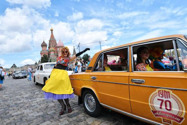 Chiêm ngưỡng 120 chiếc xe cổ 'đọ dáng' trên Quảng trường Đỏ ở Matxcơva