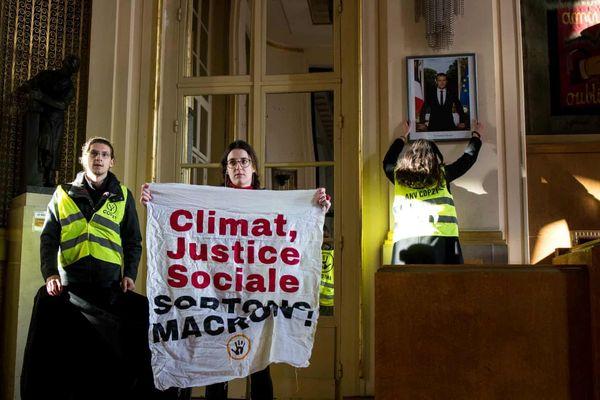 Người biểu tình Pháp gỡ ảnh Tổng thống Macron khỏi 100 tòa thị chính