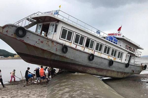 Chạy trú bão, tàu du lịch mắc cạn trên đê bao dự án lấn biển ở Quảng Ninh