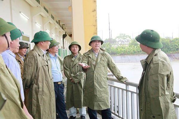 Bí thư Thành ủy Hoàng Trung Hải kiểm tra công tác điều tiết nước, tiêu úng cho Hà Nội