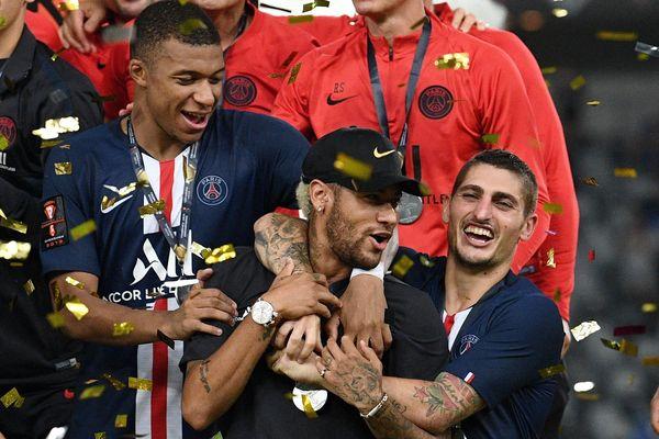Ăn mừng Siêu Cúp nước Pháp lần thứ 9 cùng PSG, Neymar bị… Mbappe đẩy ra khỏi đội hình chụp ảnh