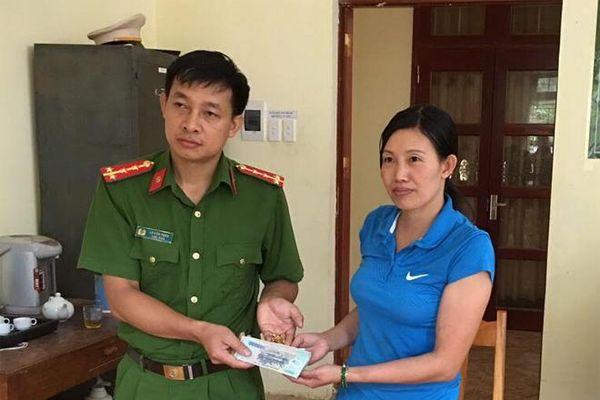 Yên Bái: Đại úy Công an trao trả hơn 26 triệu đồng và vàng cho người đánh mất