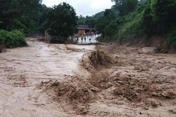 Khẩn cấp di dời 7 hộ dân có nguy cơ ngập lũ ở Sơn La