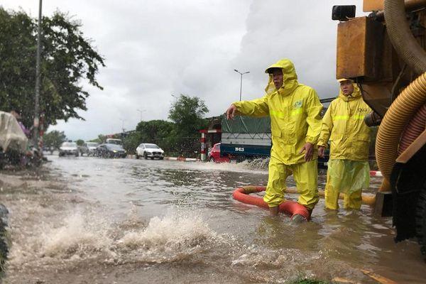 Huy động hơn 2.300 người chống ngập lụt ở Hà Nội