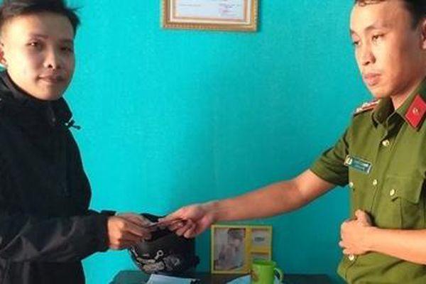 Cảnh sát khu vực trao trả tài sản cho người đánh rơi