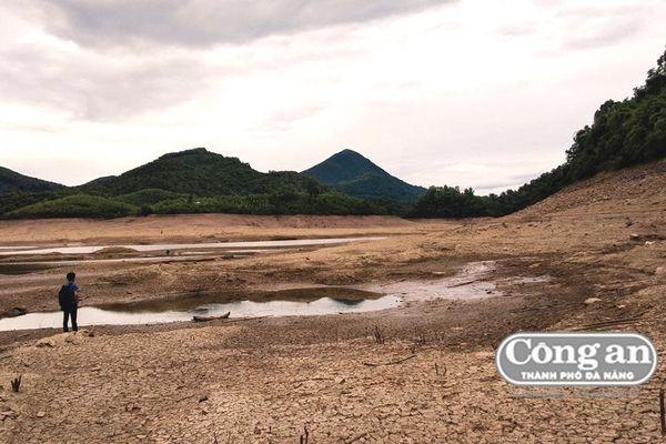 Hồ thủy lợi khô cạn, hàng ngàn héc-ta lúa và hoa màu 'chết khát'