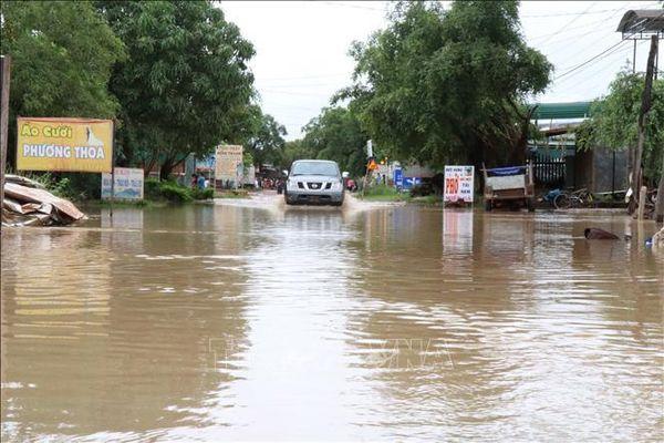 Nước xiết cuốn trôi xe ô tô cùng 2 người giữa thành phố Buôn Ma Thuột