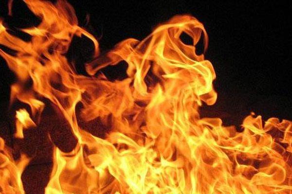 Chồng đổ xăng đốt vợ rồi ôm con bỏ đi