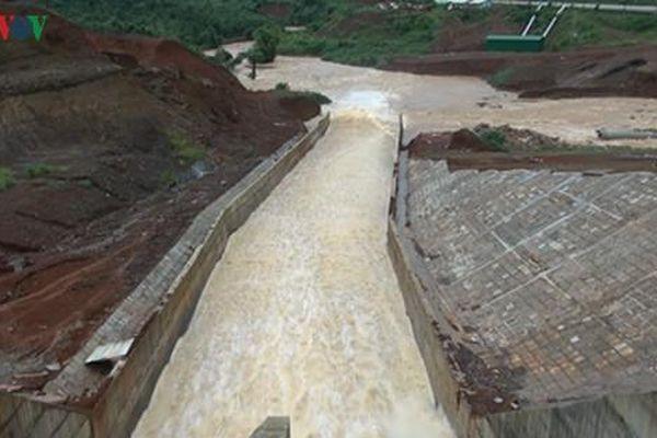 Mở van xả thành công, mực nước hồ thủy điện Đăk Kar dần ổn định