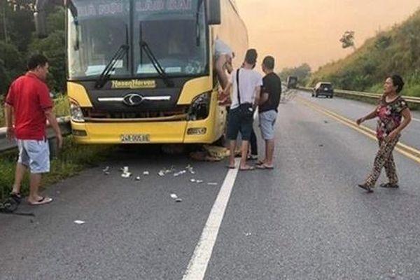 Chạy băng qua cao tốc Nội Bài - Lào Cai, một phụ nữ bị tông tử vong