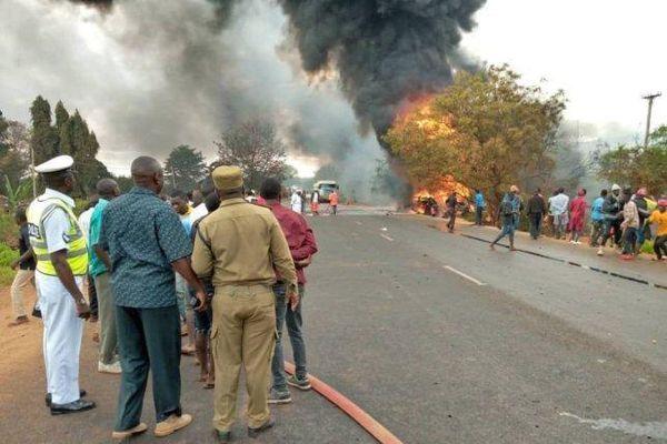 Nổ xe bồn khiến hơn 130 người đang hôi của thương vong