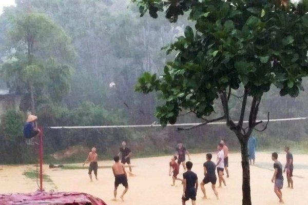 Mưa lũ nước ngập băng sân, 2 dòng họ vẫn quyết đấu bóng chuyền 'báo hiếu'