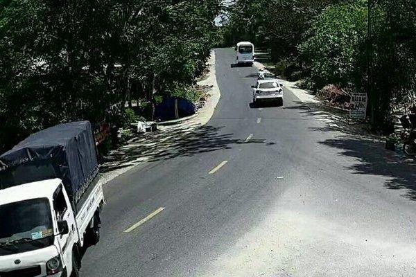 Lái xe tải ăn trộm 100 bó củi, nam thanh niên bị 'mắt thần' tóm gọn