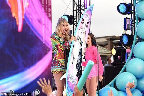 Taylor Swift diện đồ Versace sành điệu, 'lấn át' dàn mỹ nhân nổi tiếng