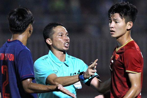 Trọng tài can thiệp để cầu thủ Việt Nam và Thái Lan không đánh nhau