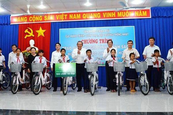 Phó Thủ tướng Thường trực Trương Hòa Bình thăm, tặng quà nhân dân vùng căn cứ cách mạng