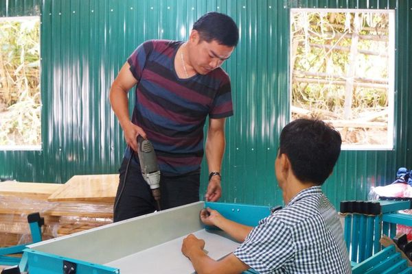 Khẩn trương dựng phòng học lắp ghép ở vùng lũ Sa Ná