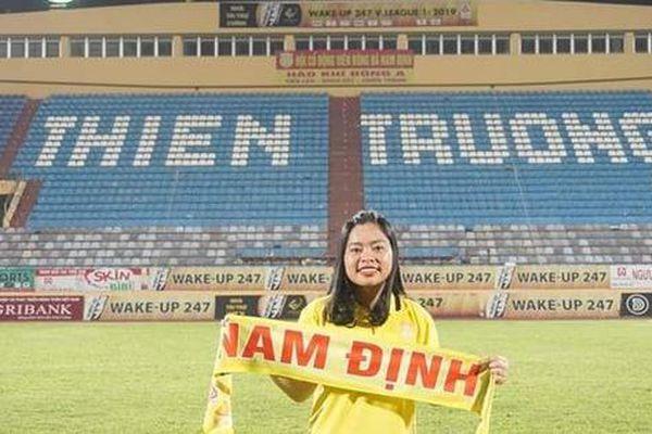 Ca sĩ Tuấn Hưng quyên tiền giúp gia đình nữ cổ động viên bóng đá vừa qua đời