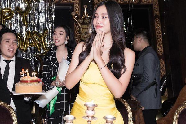 Hoa hậu Tiểu Vy khóc khi đón sinh nhật tuổi 19 bên mẹ