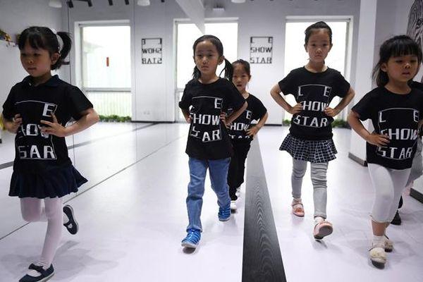 Nền công nghiệp người mẫu nhí tại Trung Quốc, nơi trẻ 4 tuổi phải làm việc 12 tiếng mỗi ngày