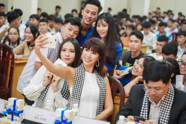 Siêu mẫu Hà Anh: 'Lớp 9 viết gần 200 bức thư xin học bổng du học'