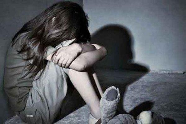 Tạm giam cha dượng nhiều lần cưỡng hiếp con gái riêng của vợ