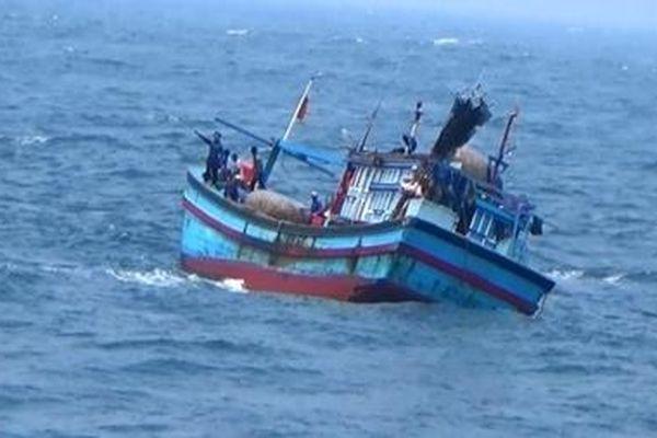 Cứu 42 ngư dân gặp nạn trên vùng biển Trường Sa