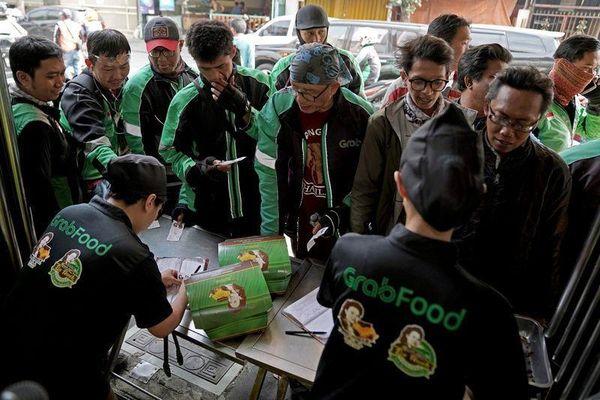 Grab đối đầu Gojek trong cuộc chiến giao đồ ăn tỷ USD