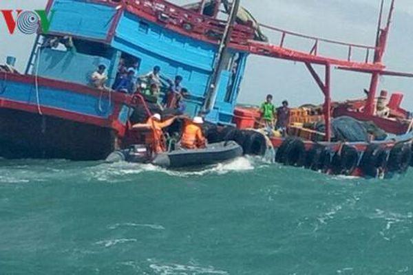 Đưa 41 ngư dân trên tàu cá bị chìm về đến bờ an toàn