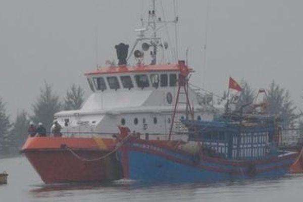 Cứu nạn thành công 4 thuyền viên trên tàu cá Nghệ An bị lật