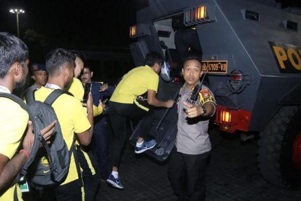 CĐV Indonesia nổi điên, cả đội Malaysia phải 'sơ tán' bằng xe bọc thép