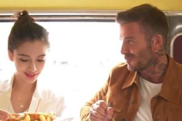 David Beckham đăng clip ăn uống, nói chuyện vui vẻ với Angelababy