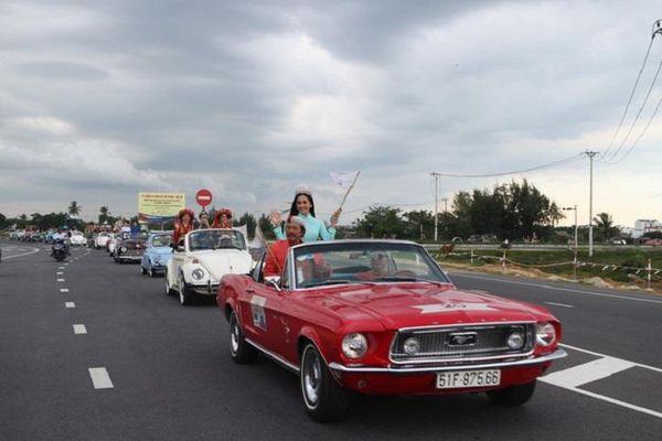 Hoa hậu Trần Tiểu Vy cùng dàn xe cổ diễu hành dưới mưa ở phố cổ Hội An