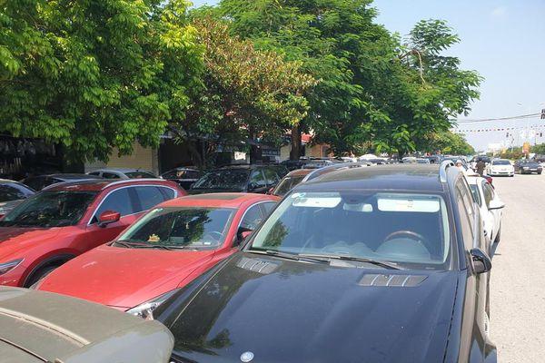 Vô tư bán vé giả, bãi xe tự phát tha hồ 'chặt chém' ở lễ hội chọi trâu Đồ Sơn
