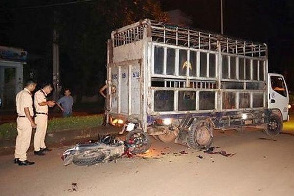 Hai xe máy đâm vào một chiếc xe tải, 2 người tử vong