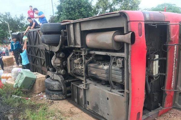 Đắk Lắk: Tránh xe đi ngược chiều, ô tô khách lật ngang giữa đường
