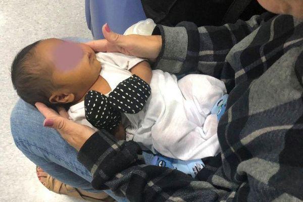 Giấu bé sơ sinh 6 ngày tuổi vào túi xách để trốn vé máy bay