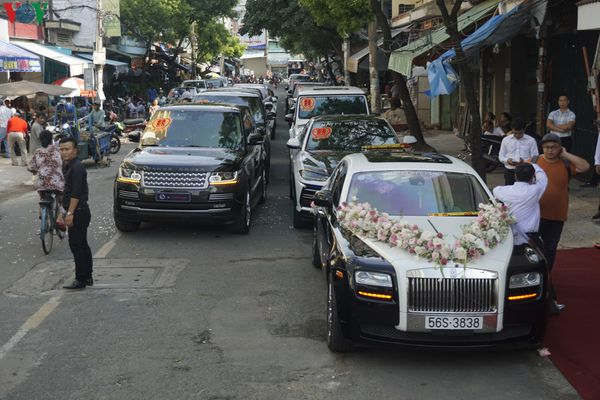 Hình ảnh dàn xe sang trăm tỷ tại lễ rước dâu con gái ông Minh 'nhựa'
