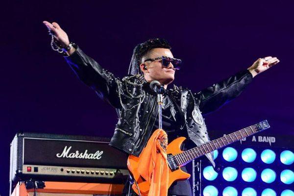 Tỉ phú Jack Ma hóa 'rocker', ôm đàn khoe tài hát tiếng Anh cực ngọt