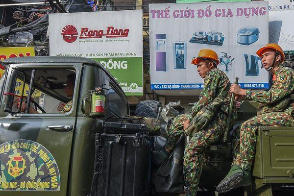 Dàn xe quân đội đến Rạng Đông tẩy độc
