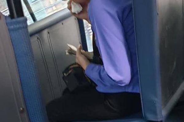 Thanh niên đi xe buýt 'chui', nữ tiếp viên ôm mặt khóc