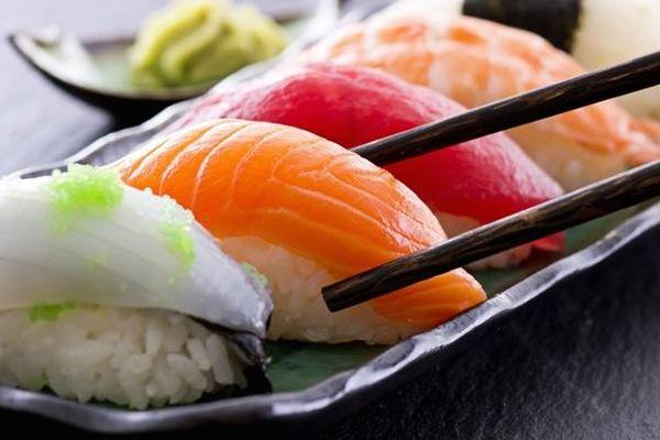 Bí quyết làm sushi cá hồi Nhật Bản đơn giản, không bị tanh