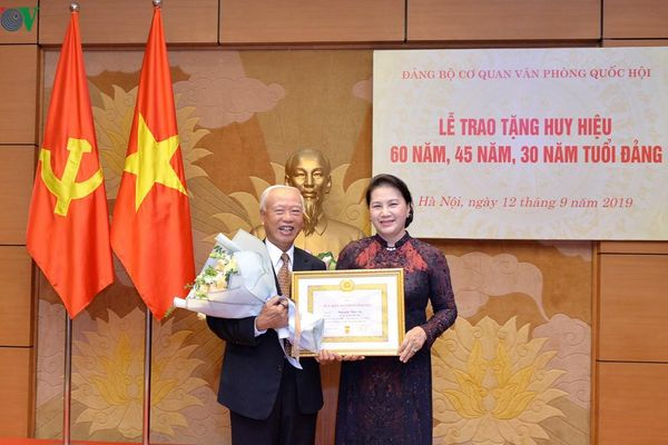 Chủ tịch QH dự Lễ trao Huy hiệu 60 năm, 45 năm và 30 năm tuổi Đảng