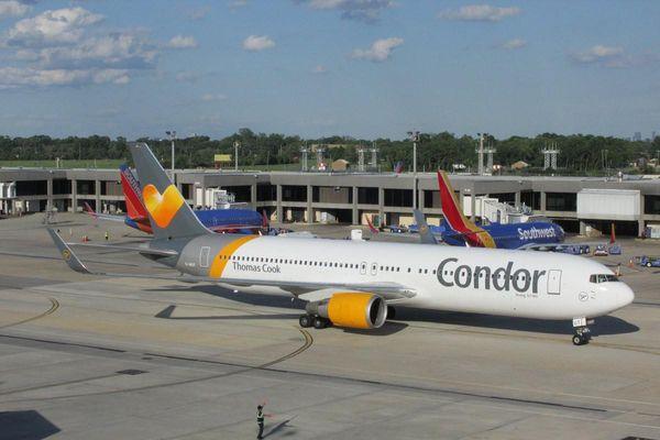 Máy bay chuyển hướng vì phi công làm đổ cà phê