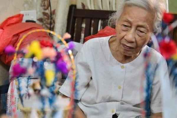 'Ngây ngất' dàn thiên nga bông giữa phố Cổ của cụ bà 91 tuổi
