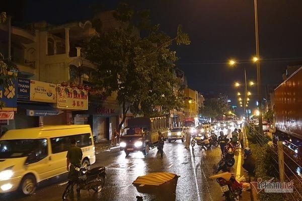 Chồng quỵ ngã bên thi thể vợ bị xe container cán chết ở Sài Gòn