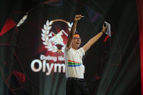 Quán quân Olympia 2019 Trần Thế Trung khóc nức nở, giành vòng nguyệt quế cho người chị đã mất