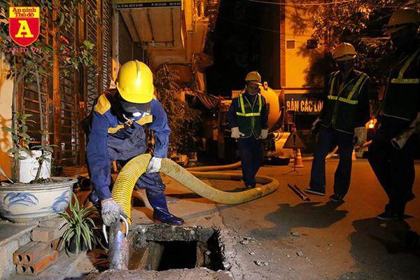 Cháy công ty Rạng Đông: Trắng đêm hút bùn dưới cống để tẩy độc