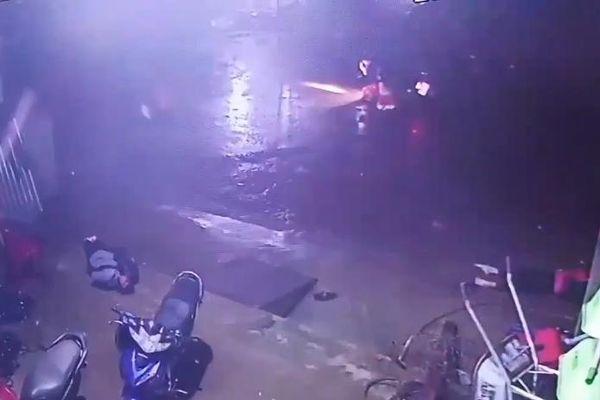 Clip: 2 nữ sinh bị điện giật tử vong do xe tải làm đứt dây cáp